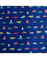 Nicht elastischer Badehosenstoff für Buben- und Männer Badehosen mit kleinen, feinen Schiff-Motiven. Der Stoff ist marineblau, die Schiff-Motive sind klein und bunt.