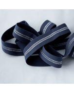 Weiches Gummiband in jeansblau mit silbernen Streifen auf einer Fläche, die Rückseite ist flauschig, uni jeansblau - 25mm breit für Unterhosen und Leggings in 5m-Budgetpackung.