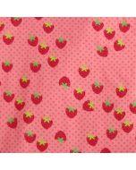 Bieastischer Jersey Stoff aus Baumwolle in Lachs mit rotem Erdbeermuster für Kinderbekleidung und Unterwäsche.