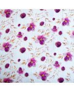 Heller Musselin Stoff mit Brombeere- und Blumenmotiven in eher dünkleren Brombeere-, Magenta- und Aubergine-Farben für Damenbekleidung.