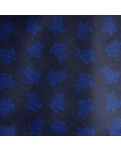 Dunkelblauer Badehosenstoff in dunkelblau mit etwas helleren Schildkörten-Motiven. Der Stoff ist perfekt für Männer- und Buben-Badehosen.
