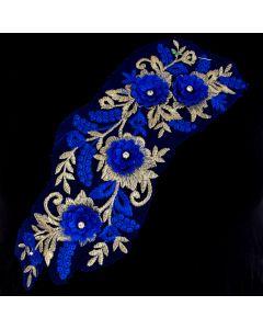 Tüllstickerei-Besatz - Spitzenapplikation mit Blumenmotiven in blau und Rankenmotiven in gold auf blauem Tüll - 31x11cm