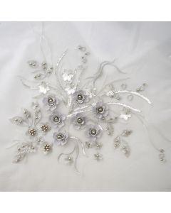 Spitzenbesatz - Stickerei in silber mit feinen Satiblumen, Perlen und Pailletten für festliche Kleider, Blusen oder Tunikas.
