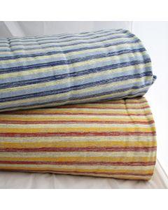 Weicher, leicht elastischer, gestreifter Sweat Stoff mit 1cm breiten Streifen in diversen Farben. Die Rückseite des Stoffes ist flauschig angeraut, perfekt für warme Bekleidung.