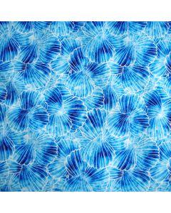 Wasserabweisender Softshell Stoff mit hellblauer Musterung. Winddicht mit warmem Fleece Futter. 145cm breite Meterware für Jacken, Taschen, Decken.