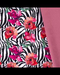 Warmer Softshell Stoff mit schwarz-weissen Zebrastreifen und Blumenmuster bedruckt. Die Blumenmuster sind pink-pfirsich. Der Stoff ist wasserabweisend und winddicht.