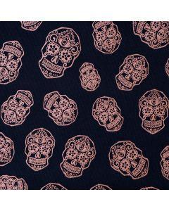 Bielastischer Jersey Stoff mit Totenkopfmuster und Rosenmotiven für Bekleidung und Unterwäsche.