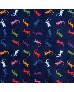 Feiner, weicher Jersey Stoff in dunkelblau (fast schwarz) mit kleinen, bunten Eidechse-Muster für Bekleidung und Unterwäsche.