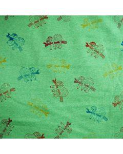 Warmer, querelastischer Alpenfleece Stoff in hellgrün-melange mit Faultiermuster für Kinderbekleidung