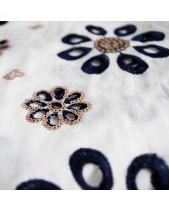 Weicher, leicht transparenter Batist Stickerei Stoff in weiss mit dunkelblauen Blumen und hellen Pailletten.