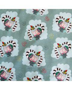 Weicher, winterlicher Sweat Stoff mit kuschelnden Mädchen- und Fantasiefigur-Motiven auf mintfarbenem Hintergrund. Der Stoff ist perfekt für Kinderbekleidung und Unterwäsche.