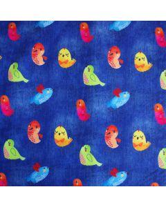 Wasserabweisender Softshell Stoff in Jeansblau mit kleinen, bunten Vogelmotiven für lässige Damen- und Kinderjacken, Matschhosen, Fusssäcke, Outdoor-Decken.