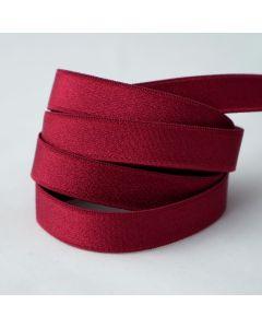 BH-Trägergummiband in rubinrot. Die Oberfläche ist leicht glänzend, die Rückseite ist weich angeraut.
