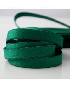 Mittelbreiter, gemusterter BH-Trägerband für kleine bis mittelgrosse BH-Körbchen in einem kräftigen grüntürkis-smaragdgrün. Die Oberfläche des Gummibandes ist leicht glänzend.