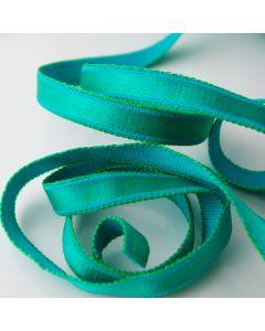 Mittelbreiter, gemusterter BH-Trägerband für kleine bis mittelgrosse BH-Körbchen in einem kräftigen grüntürkis.