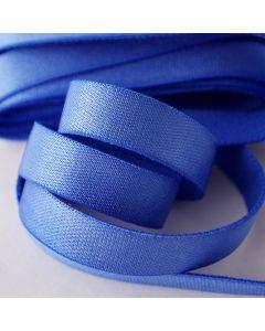 Glattes Trägergummiband für BHs in blauviolett. Die Oberfläche ist glänzend.