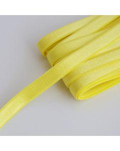 Gelbes Trägergummiband mit 10mm Breite fürs BH-Nähen - die Oberfläche ist leicht glänzend, die Rückseite ist flauschig weich.