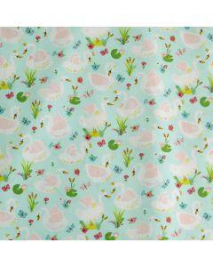 Popeline Stoff in mint mit feinen Schwan-Motiven. Der Stoff ist aus 100% Baumwolle, perfekt für Sommerkleider oder Masken.
