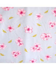Weicher, bielastischer Tencel-Modal Jersey Stoff für Damenbekleidung mit feinen Kirschblüten-Motiven. Der Stoff ist hellblau, die Kirschblüten sind rosa und pink.