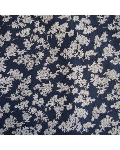Weicher, lässiger Baumwollstoff in jeansblau mit feinem Blumenmuster  - der Stoff hat einen Knittereffekt, muss nicht gebügelt werden. Perfekt für Blusen, Kleider, Sommerhosen; usw.
