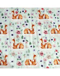 Weicher Jersey Stoff mit GOTS-Zertifizierung in mint mit süssem Reh- und Rehkitz-Muster. Der Stoff ist bielastisch, perfekt für Baby- und Kinderbekleidung.